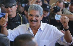 Norman Quijano quittant le bureau de vote (2 février 2014)
