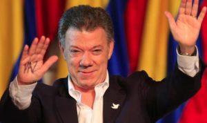 """Juan Manuel Santos avec l'inscription """"Paix"""" sur la main"""