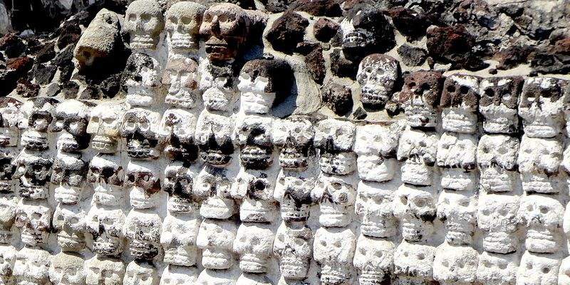 Les crânes du Tzompantli au Templo Mayor, témoignage de la présence aztèque (Mexique)